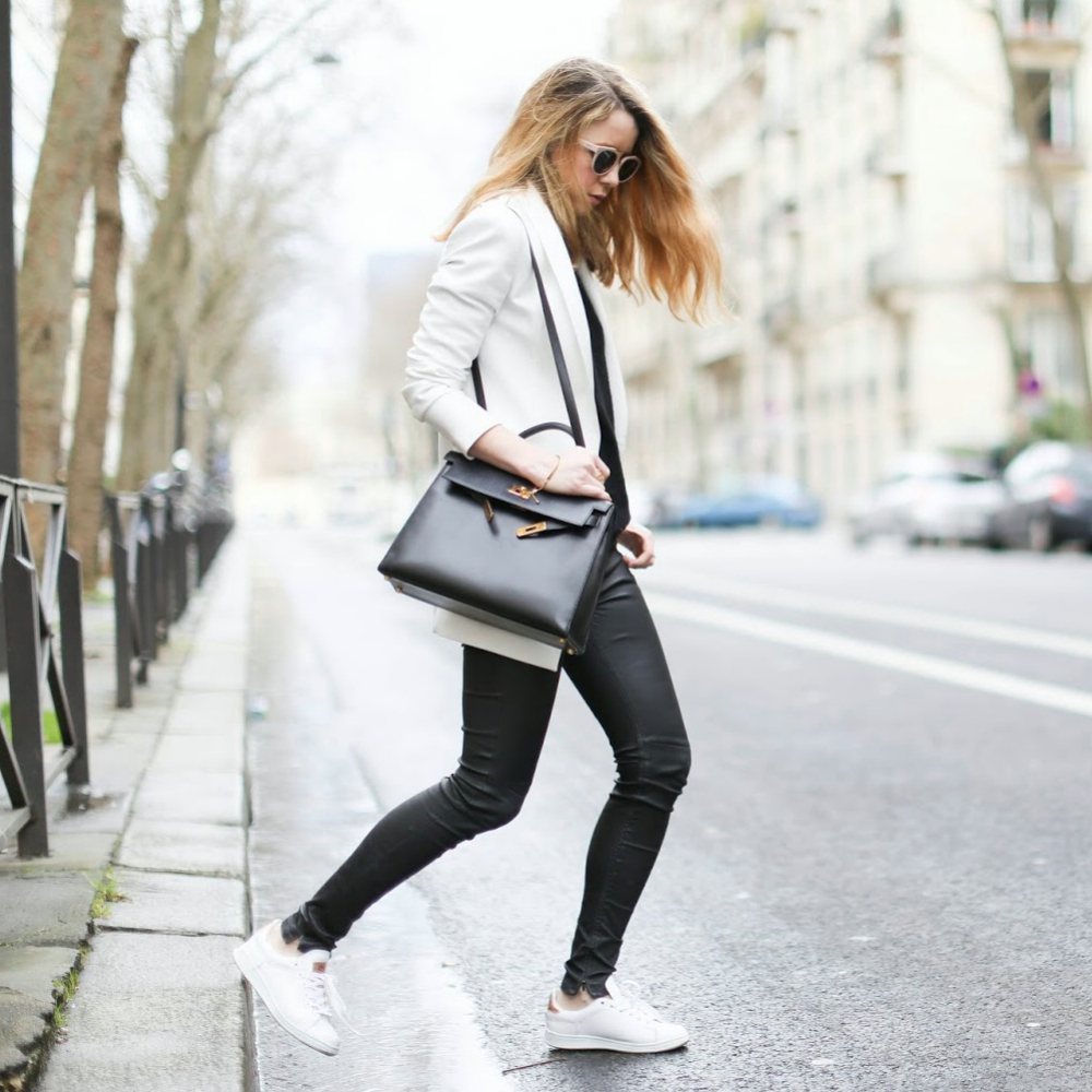Vestidos con medias negras y tenis